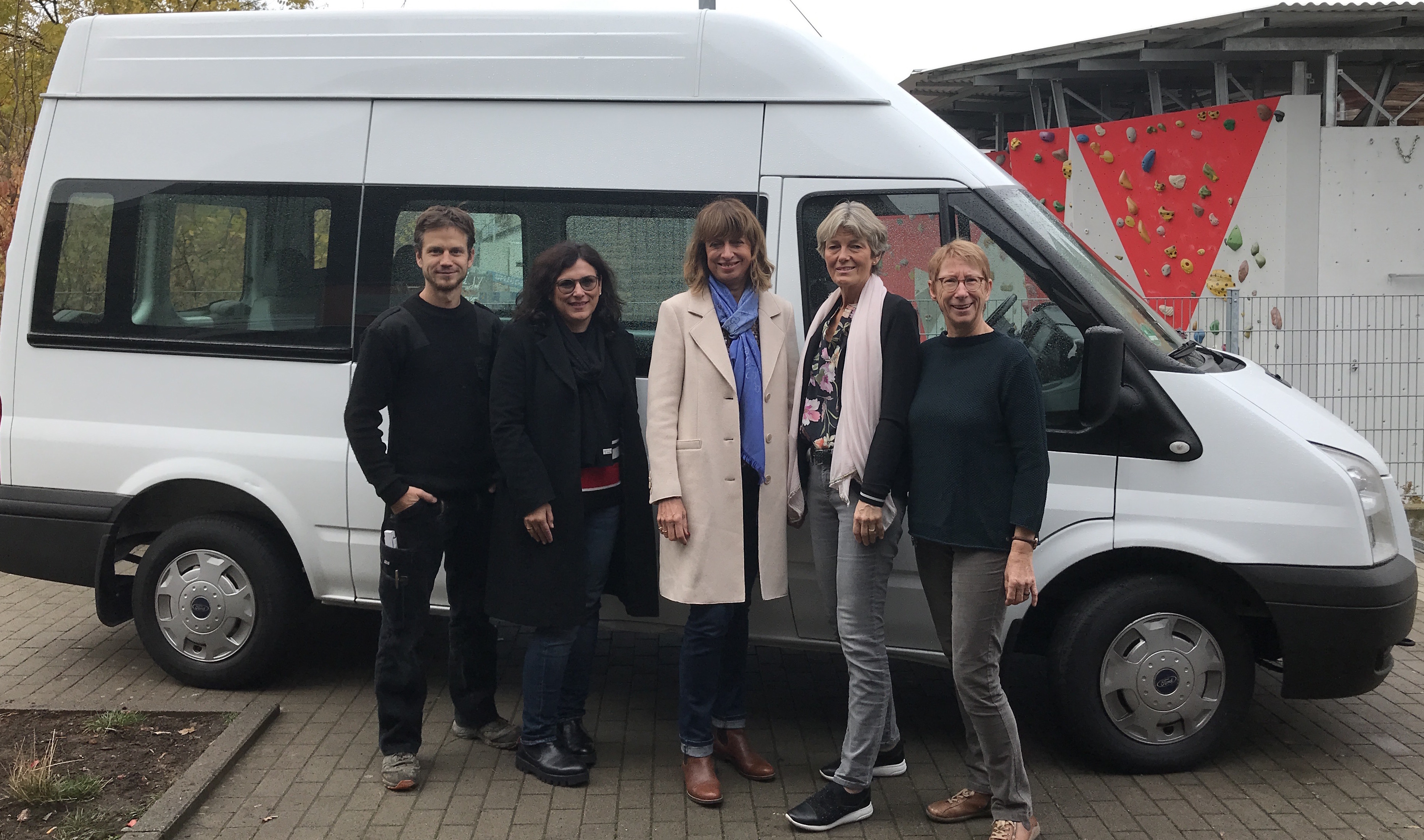 Internationaler Frauenclub bergabe Spende fr neuen Spieli Bus